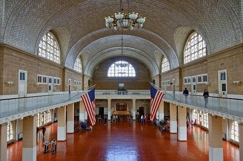 Grand Hall d'Ellis Island où les immigrants pouvaient attendre des heures, des jours ou des semaines